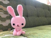 Muñeca rosada del ganchillo del conejito en foco suave Imagen de archivo libre de regalías