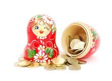 Muñeca rusa con las monedas Foto de archivo