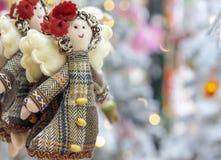 Muñeca suave del juguete en una capa con las alas del ángel imagen de archivo