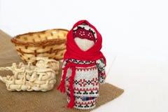 Muñeca ucraniana Motanka, sandalias y cesta en la arpillera foto de archivo libre de regalías