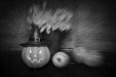 Muñeca y manzana de la calabaza en fondo de madera imagen de archivo libre de regalías