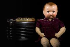 Muñeca y radio del vintage Foto de archivo libre de regalías
