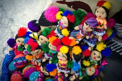 Muñecas coloridas hechas a mano de indígenas en Guatemala imagenes de archivo