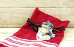 Muñecas de cerámica del niño pequeño y de la muchacha en el fondo de madera Fotos de archivo libres de regalías