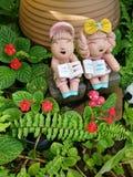 Muñecas de la arcilla en jardín Imagen de archivo libre de regalías