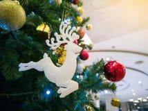 Muñecas de la Navidad que cuelgan en el sorteo de la Feliz Año Nuevo del árbol de navidad en invierno de la nieve Foco suave fotos de archivo libres de regalías