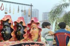 Muñecas de la terracota, artesanías indias justas en Kolkata imagenes de archivo