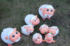 Muñecas de las ovejas blancas en jardín Foto de archivo libre de regalías
