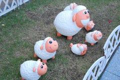Muñecas de las ovejas blancas en jardín Fotografía de archivo