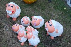 Muñecas de las ovejas blancas en jardín Foto de archivo