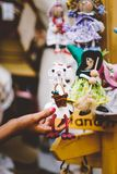 Muñecas de madera vestidas en diversos equipos muñecas de madera hechas a mano que cuelgan como exhibición Muñecas decorativas Imagenes de archivo