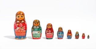Muñecas de Matryoshka, en fila, en orden del tamaño fotos de archivo