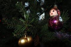 Muñecas de Matryoshka la Navidad del vintage juega en fondo del árbol del Año Nuevo Fotografía de archivo