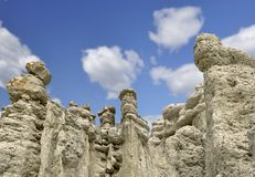Muñecas de piedra en el pueblo Kuklica fotos de archivo libres de regalías