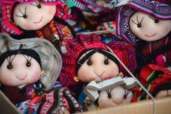 Muñecas de trapo tradicionales en el mercado Fotos de archivo libres de regalías