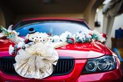 Muñecas del oso y decoración de la flor en el coche Imágenes de archivo libres de regalías