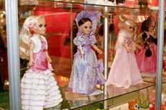 Muñecas en diversas alineadas Imagen de archivo libre de regalías