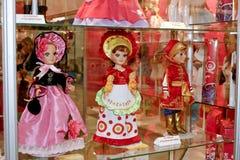 Muñecas en diversas alineadas Imágenes de archivo libres de regalías