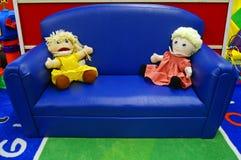 Muñecas en el sofá en la guardería Imagen de archivo