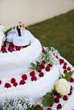 Muñecas en la torta de boda fotos de archivo libres de regalías