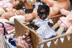 Muñecas en la venta de revoltijo imagen de archivo libre de regalías