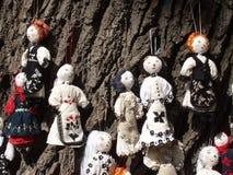 Muñecas en un árbol Imágenes de archivo libres de regalías