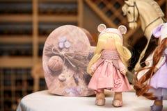 Muñecas hechas a mano en la tienda de souvenirs fotografía de archivo