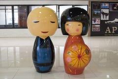 Muñecas japonesas grandes del kokeshi en los grandes almacenes de Ekamai de la entrada, una de las muñecas japonesas más famosas  fotos de archivo libres de regalías