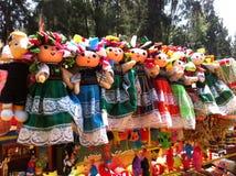 Muñecas mexicanas coloridas en traje tradicional fotos de archivo