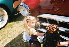 Muñecas que empujan el coche Foto de archivo