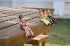 Muñecas que se sientan para comer Imagen de archivo