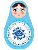 Muñecas rusas de la jerarquización en un fondo blanco con las flores azules Foto de archivo