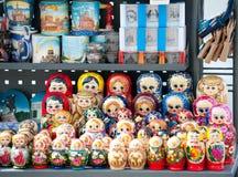 Muñecas rusas en el soporte de la calle, St Petersburg Fotografía de archivo