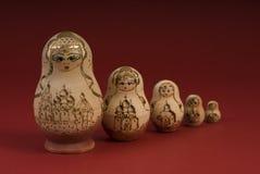 Muñecas rusas en un fondo rojo Imágenes de archivo libres de regalías