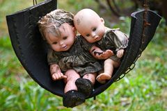Muñecas viejas espeluznantes del bebé foto de archivo libre de regalías