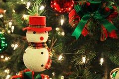 Muñeco de nieve adornado en el árbol de navidad Imagen de archivo