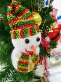 Muñeco de nieve adornado en el árbol de navidad fotografía de archivo