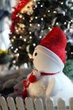 Muñeco de nieve con el árbol de navidad Fotos de archivo