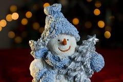 Muñeco de nieve con el árbol de navidad Fotografía de archivo