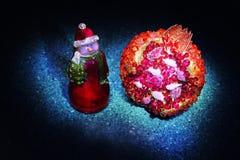 Muñeco de nieve con el árbol del Año Nuevo en bosque del invierno Imágenes de archivo libres de regalías