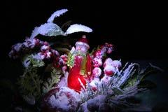Muñeco de nieve con el árbol del Año Nuevo en bosque del invierno Imagen de archivo