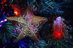 Muñeco de nieve con el árbol del Año Nuevo en bosque del invierno Imagen de archivo libre de regalías
