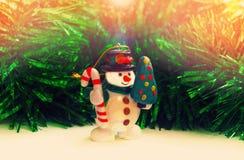 Muñeco de nieve con el abeto El inicio del Año Nuevo y de la Navidad Imágenes de archivo libres de regalías