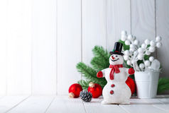 Muñeco de nieve con el abeto y las bolas de la Navidad Fotografía de archivo libre de regalías