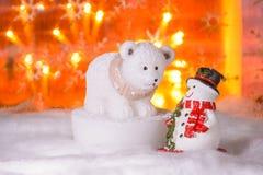 Muñeco de nieve con el oso polar, Feliz Año Nuevo 2017, la Navidad Fotografía de archivo