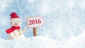 Muñeco de nieve con el poste indicador 2016 Imagen de archivo libre de regalías