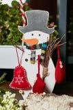 Muñeco de nieve con el regalo Foto de archivo libre de regalías