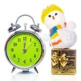 Muñeco de nieve con la caja de regalo y el despertador retro Foto de archivo