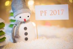 Muñeco de nieve con la muestra del PF 2017 Imagen de archivo