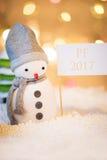 Muñeco de nieve con la muestra del PF 2017 Fotografía de archivo